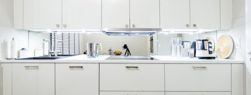 Klassische Küche mit hochwertigen Elektrogeräten (1)