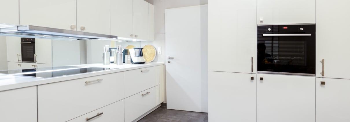 Klassische Küche mit hochwertigen Elektrogeräten (2)
