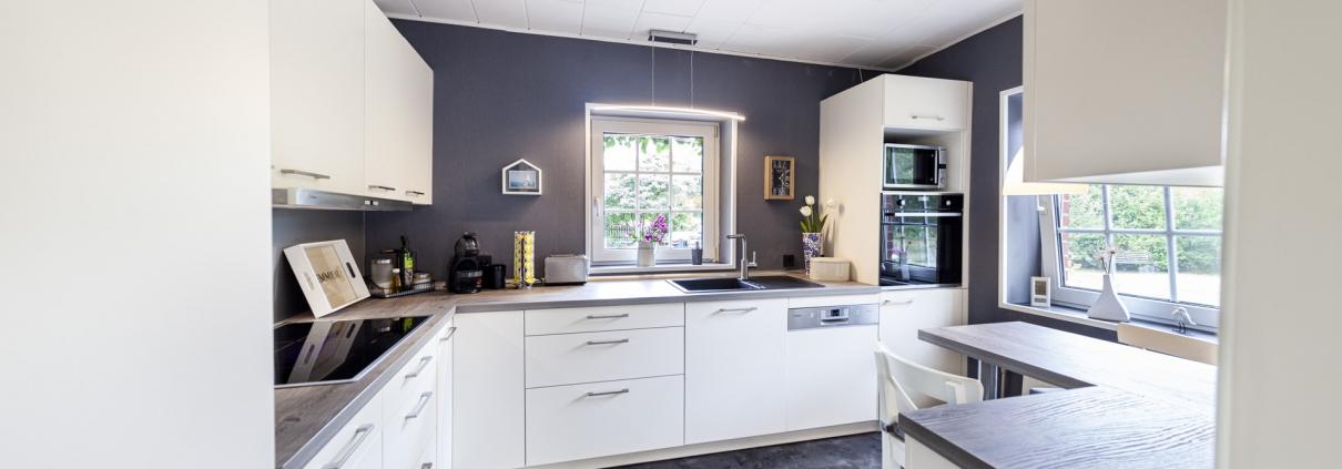 L-förmige Küche mit kleiner Esstischfläche (1)