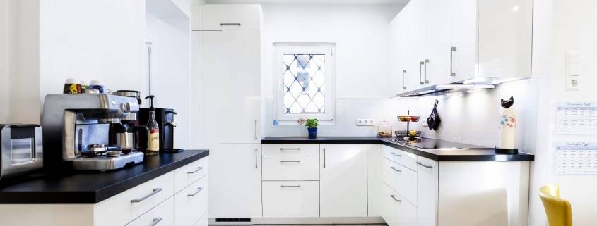 Mehrteilige Wohnküche in Hochglanz (1)
