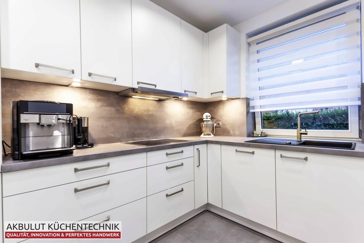 Moderne Küche in L-Form mit Edelstahloptik (2)