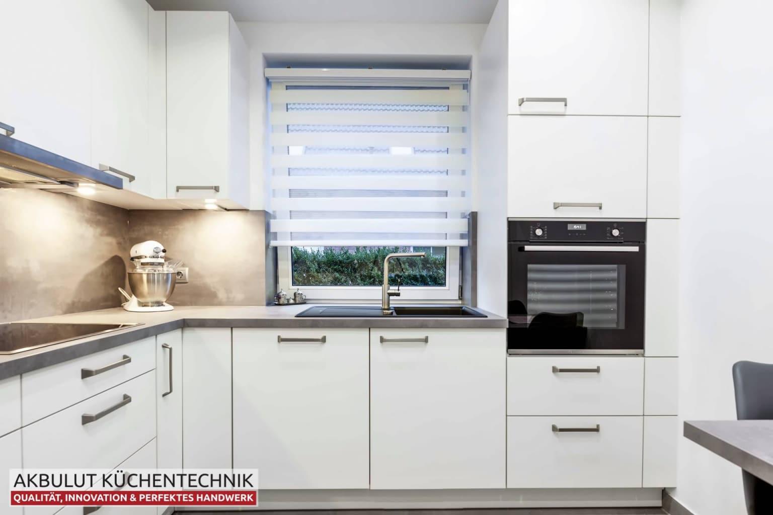Moderne Küche in L-Form mit Edelstahloptik (3)