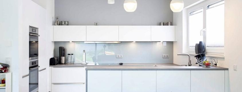 U Küche in Beteonoptik mit langen Theke (1)
