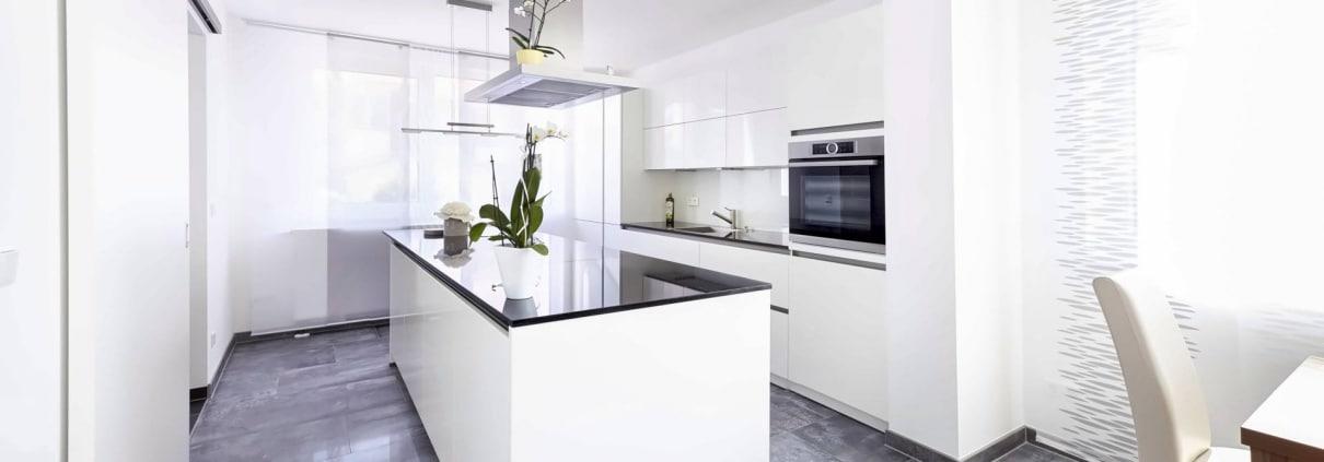 Zweizeilige Wohnküche mit Kochinsel (1)