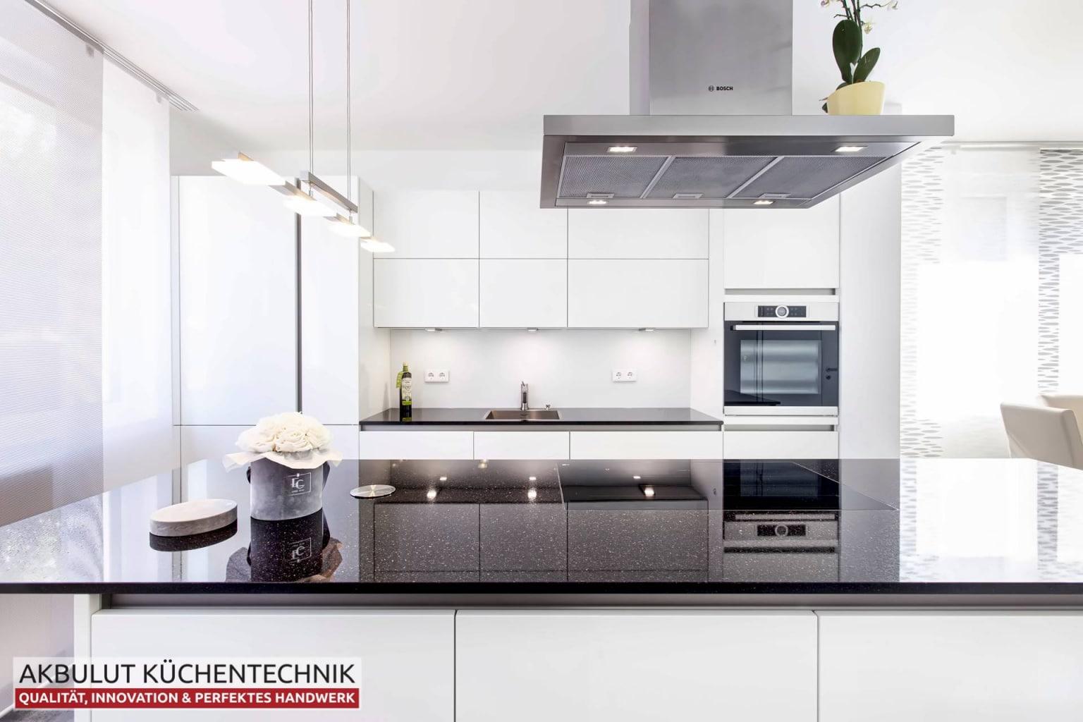 Zweizeilige Wohnküche mit Kochinsel (2)