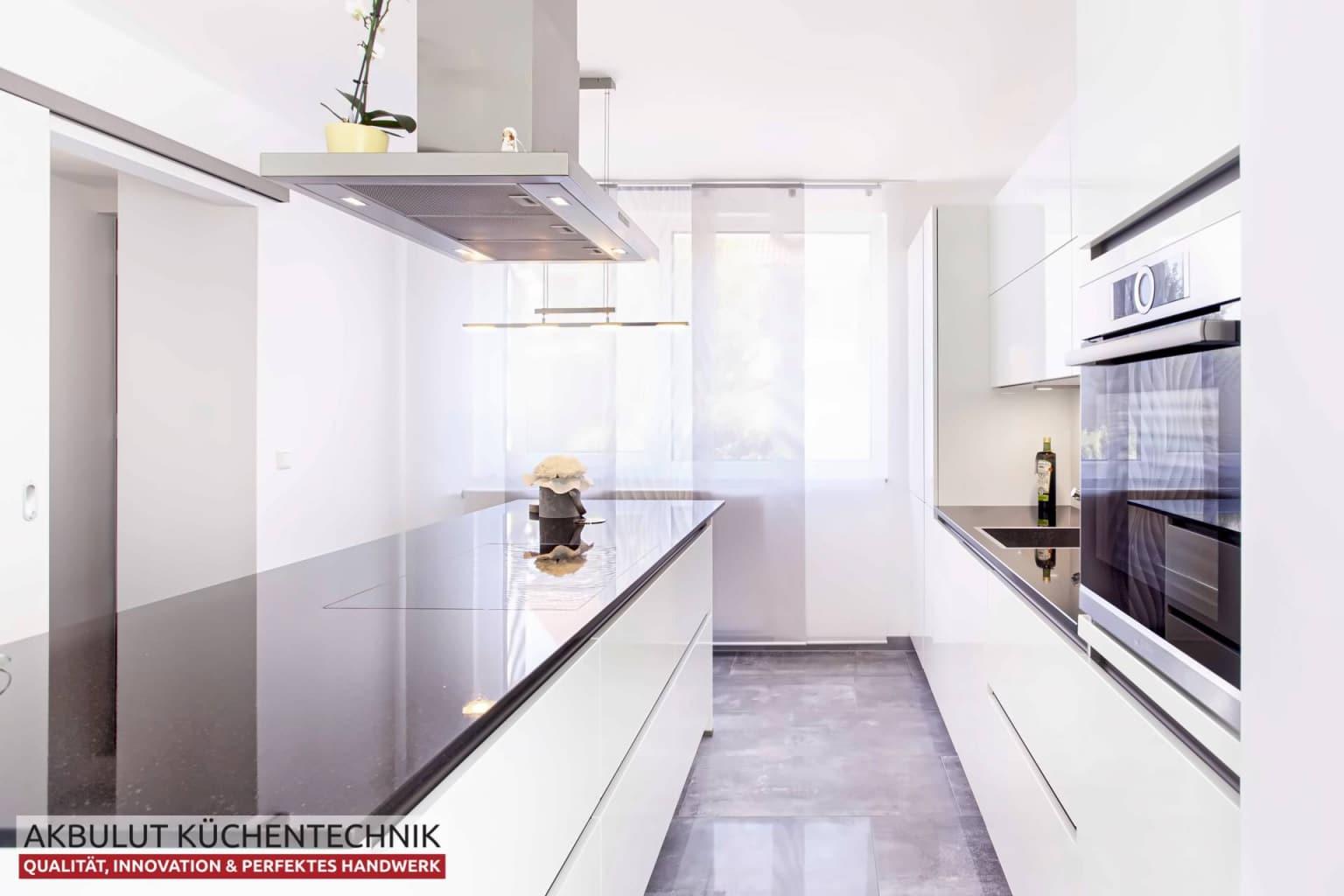 Zweizeilige Wohnküche mit Kochinsel (5)