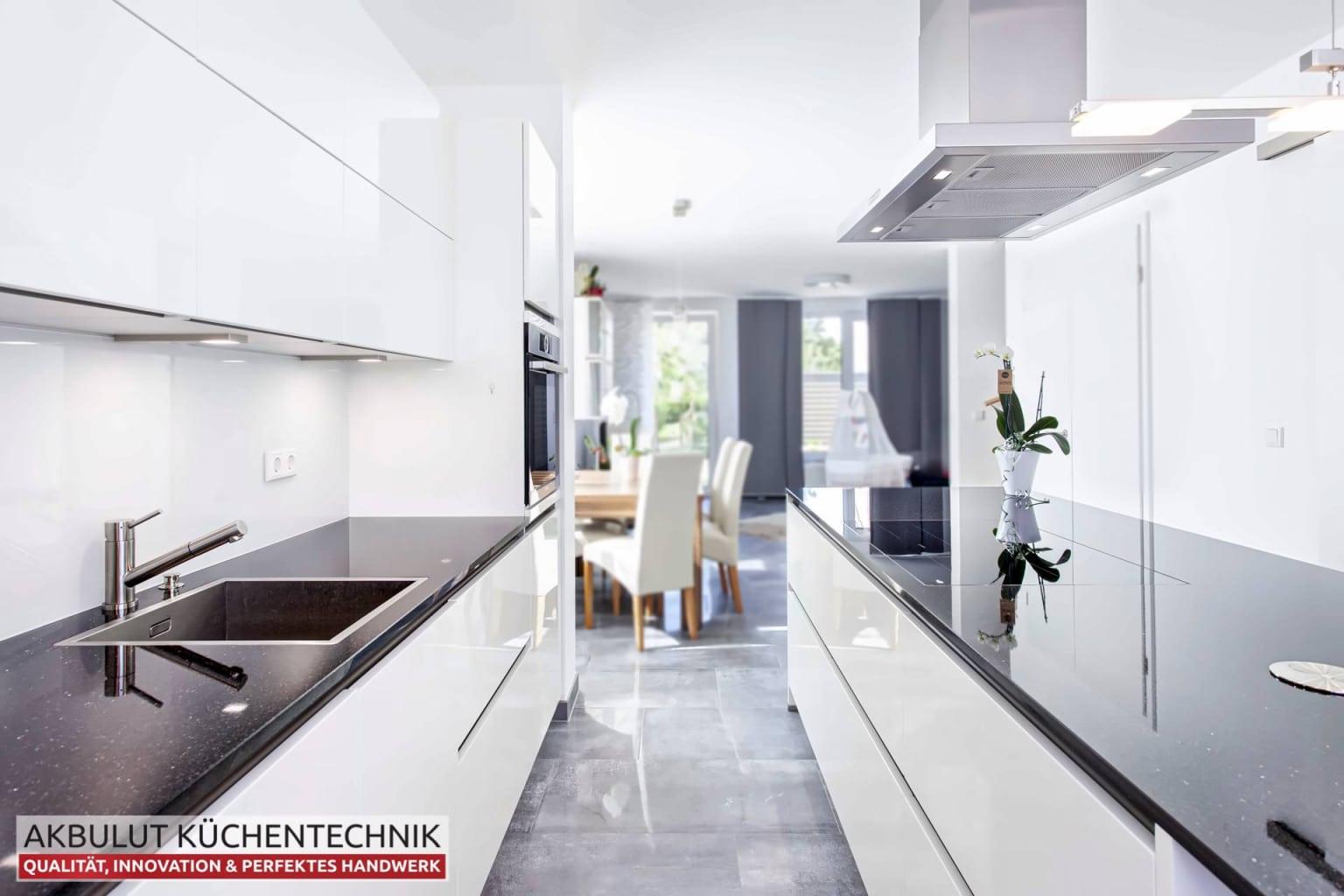 Zweizeilige Wohnküche mit Kochinsel (6)