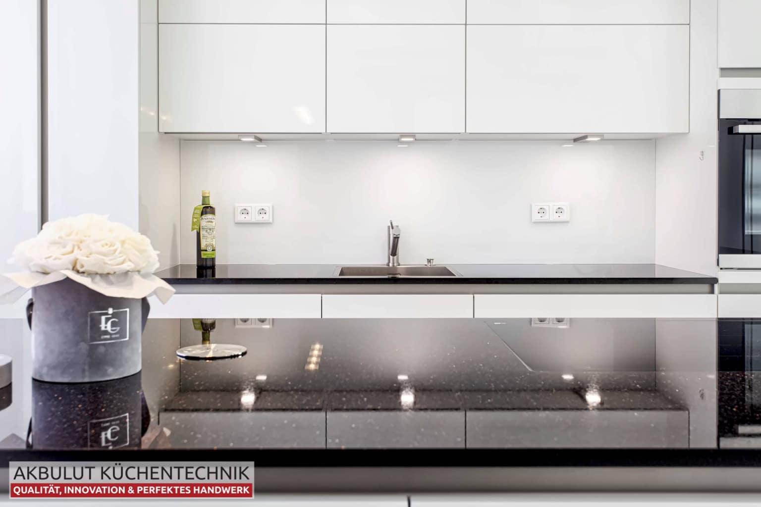 Zweizeilige Wohnküche mit Kochinsel (7)